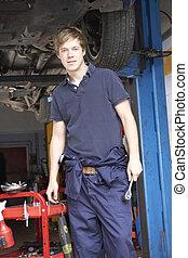 mecánico del coche, trabajando