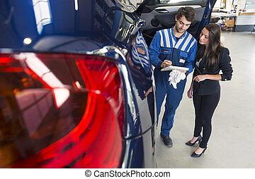 mecánico, en coche, garaje, con, cliente
