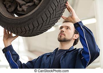 mecánico, en, work., joven, confiado, mecánico, trabajar, el, taller de reparaciones