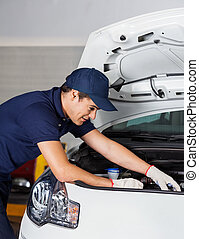 mecánico, examinar, motor coche, en, taller de reparaciones