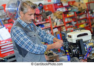 mecánico, fijación, el, motor, de, un, cortacésped