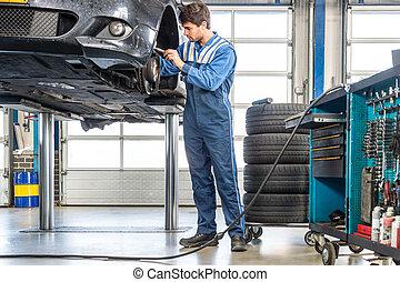 mecánico, reparación, coche, en, elevador hidráulico