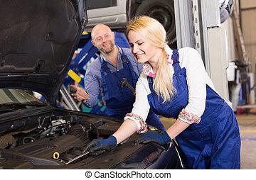 mecánico, y, ayudante, trabajar, taller de reparaciones auto