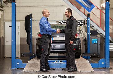 mecânico, e, cliente, apertar mão, em, serviço carro