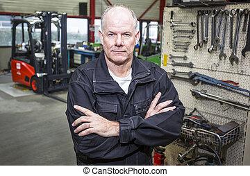 mecânico, em, forklift, garagem