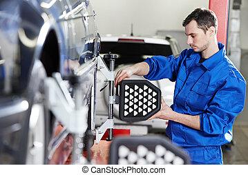 meccanico automobilistico, a, ruota, allineamento, lavoro, con, sensore