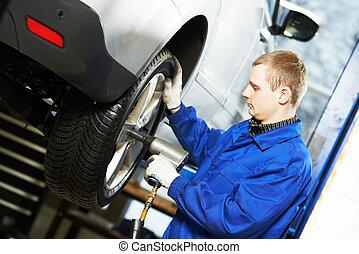 meccanico automobilistico, avvitamento, rotella automobile, vicino, strappare