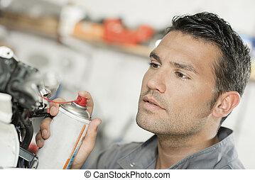 meccanico, usando, lubrificazione, spruzzo