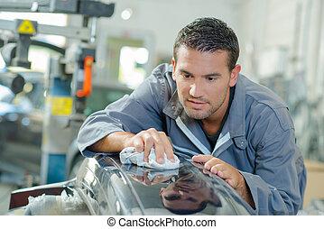 Mechanic lustring a bumper