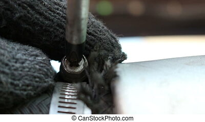 Mechanic use screwdriver for repairing car