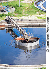 Mechanically driven scraper in sewage sedimentation tank