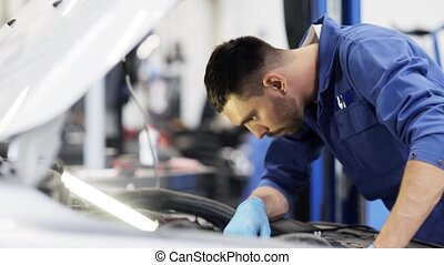 mechanik, człowiek, z, lampa, naprawiając, wóz, na, warsztat