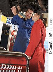 mechanika, dolgozó, autó, két, alatt, mosolygós