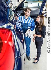 mechaniker, besprechen, mit, weibliche , kunde, in, garage