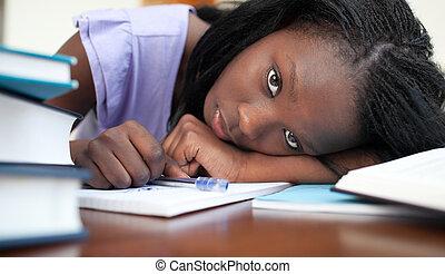medan, studera, vila, afro-amerikansk kvinna, förbrukad
