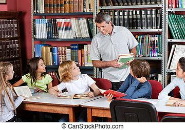 meddela, deltagare, sittande, bibliotek, bord, lärare