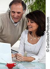 medelålderst, par, gör, någon, on-line shoppa