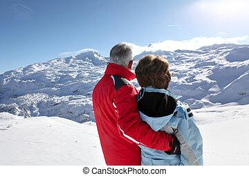 medelålderst, par, stå, på, avskild, snöigt fjäll