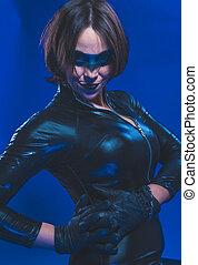 medel, brunett, flicka, klätt, in, läder, och, latex, inpassat, med, pistol, på, blåttbakgrund