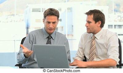 medewerkers, kijken naar, de, draagbare computer