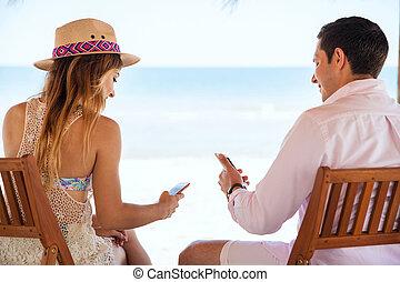 media, coppia, lettura, spiaggia, sociale