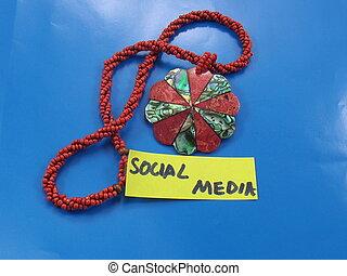 media, parola, sociale