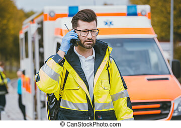 medic, parler, headquarter, via, radio, devant, ambulance