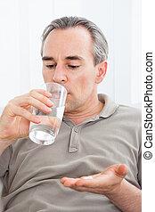 medicação, sentando, doente, cima, vidro água, segurando, ...