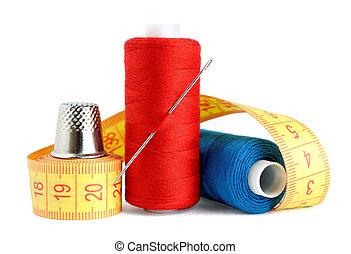 medición, carretes, hilo, aguja, aislado, dedal, cinta, plano de fondo, blanco
