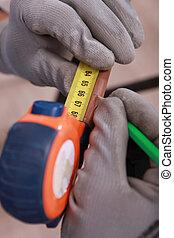 medición, mancha, alguien, madera, primer plano, pedazo