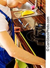 medición, reparación, joven, gabinete, cocina, hombre