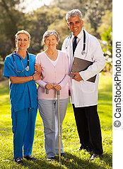 medicinsk bemand, og, senior, patient, udendørs
