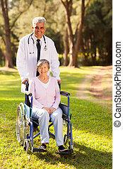 medicinsk doktor, og, senior, patient, udendørs
