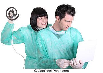 medicinsk, droppa, underteckna, användande laptop, personal