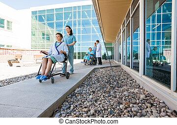 medicinsk, gårdsplads, patienter, hold, wheelchairs,...