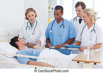 medicinsk hold, omkring, den, seng, i, en, patient