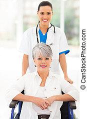 medicinsk, sygeplejerske, af omsorg tage af, senior, patient, ind, wheelchair