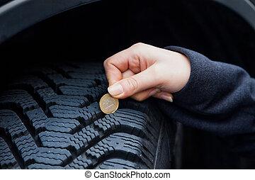medidas, mujer, pisada, neumático, coche