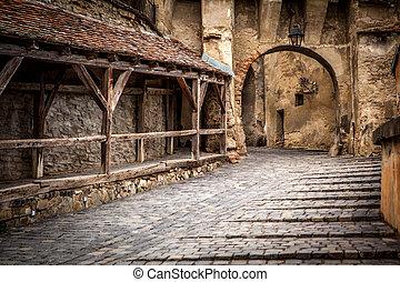 medieval, calle, vista, en, sighisoara, transylvania, fundado, saxon, colonists, en, xiii, century., rumania, señal
