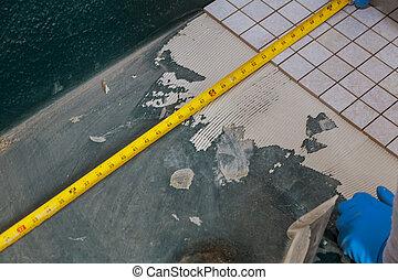 medindo, azulejos, aplicando, chão, morteiro, espalhar, trabalhador, banheiro, molhados, usando, antes de, marcação