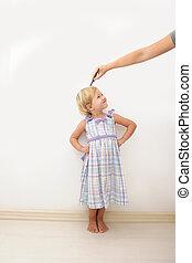 medindo, criança, altura, mãe
