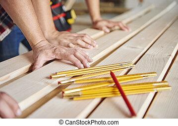medindo, jovem, velho, madeira, carpinteiro, pranchas