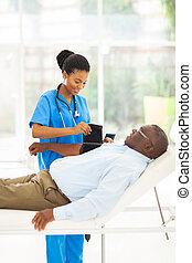 medindo, paciente, pressão, sangue, africano feminino, enfermeira, sênior