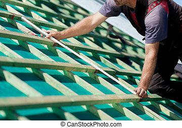 medindo, vigas, close-up, roofer, telhado