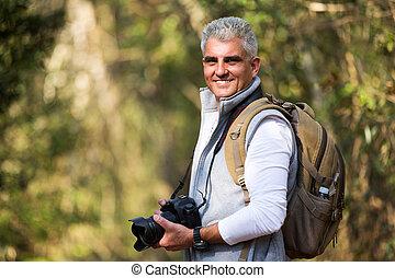 medio, edad, hombre, tomar las fotos, en, el, naturaleza
