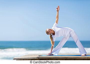 medio, edad, mujer, practicar, yoga, en, playa