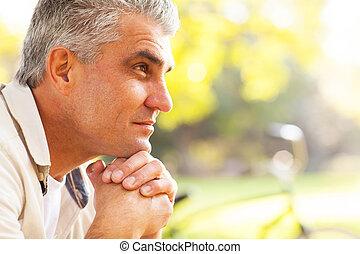 medio, pensativo, viejo, hombre