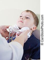 medisch, otitis, examen, van, een, klein kind, op, een, oor, neus, keel, arts