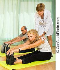 medisch personeel, met, senior, mensen, op, gym