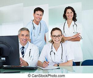 medisch team, het poseren, in, een, kantoor